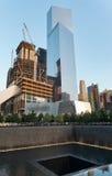 Moderner Wolkenkratzer-und 911 Denkmal-Pool in NYC Lizenzfreies Stockbild