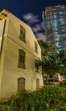 Moderner Wolkenkratzer und Trachtenmode der alten und neuen Architektur Stockfoto
