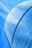 Moderner Wolkenkratzer unter blauem Himmel Stockbild