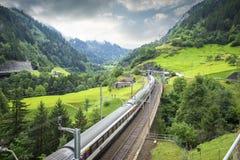 Moderner Zug in der Schweiz Stockfotografie