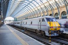 Moderner Zug an der Station Stockbild
