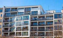 Modernes Apartmenthaus in Berlin Lizenzfreies Stockfoto