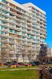 Modernes Apartmenthaus und Yard mit parkendes Auto, Moskau Lizenzfreies Stockbild