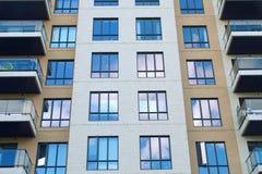 Modernes Architekturgebäude der Eigentumswohnungswolkenkratzerwandfassadenfensterwohnung Stockfotos
