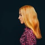 Modernes attraktives blondes Mädchen Stockfotografie