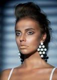 Modernes attraktives Mädchen - stilvolle Ohrringe lizenzfreie stockfotos