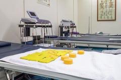 Modernes ausgerüstetes Krankenhauszimmer Stockfotografie
