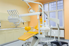 Modernes ausgerüstetes zahnmedizinisches Büro Lizenzfreie Stockfotos