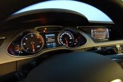 Modernes Auto belichteter Armaturenbrett Stockfoto