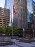 Modernes Büro Buidling und Flagge der Vereinigten Staaten bei Oklahoma City - OKLAHOMA CITY - OKLAHOMA - 18. Oktober 2017 Lizenzfreie Stockfotos