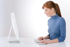 Modernes Büro - junge Geschäftsfrau stockfotografie