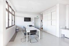 Modernes Büro mit weißen Möbeln Stockfotografie