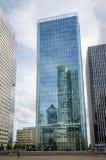 Modernes Büro ragt an der La-Verteidigung in Paris hoch Stockfoto
