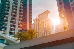 Modernes Büro und Wohngebäude, Palmen in Dubai stockfotos