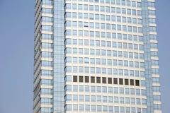 Modernes Büro unter blauem Himmel. Stockfotografie