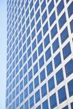 Modernes Bürogebäude, das blauen Himmel reflektiert Stockfotos
