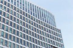 Modernes Bürogebäude gegen klaren blauen Himmel stockfotos