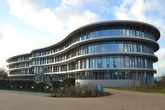 Modernes Bürogebäude mit nettem Garten Stockbild