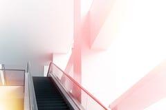 Modernes Bürogebäude und bewegliche Rolltreppentreppe Stockbild
