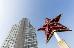 Modernes Bürogebäude und ein karminroter Stern Stockfotografie