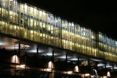 Modernes Bürohaus bis zum Nacht Lizenzfreie Stockbilder