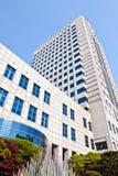 Modernes Bürohaus an einem sonnigen Tag Lizenzfreie Stockfotografie