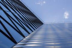 Modernes Bürohaus gebildet vom Glas und vom Stahl Niedrige Winkelsicht Himmel- und Wolkenhintergrund Stockfotos