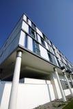 Modernes Bürohaus gegen blauen Himmel Stockbild
