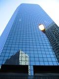 Modernes Bürohaus gegen blauen Himmel. stockbild