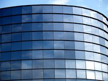 Modernes Bürohaus; horizontal Stockfotografie