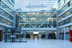 Modernes Bürohaus im Frankfurt-Flughafen Lizenzfreie Stockbilder