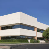 Modernes Bürohaus mit blauem Himmel Lizenzfreies Stockbild
