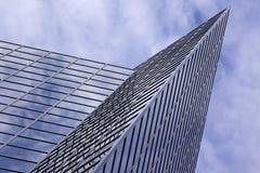 Modernes Bürohaus mit Wolken-Reflexion Stockfotografie