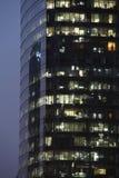 Modernes Bürohaus nachts Stockfoto