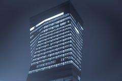 Modernes Bürohaus nachts Stockbild