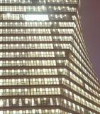 Modernes Bürohaus nachts Lizenzfreie Stockbilder