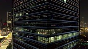 Modernes Bürohaus nachts Nacht beleuchtet, Stadtbürogebäudestadtzentrum, Stadtbildansicht schuß Gesellschaftsbüro stock video