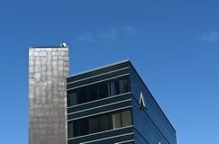 Modernes Bürohaus und blauer Himmel Stockbilder