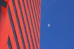 Modernes Bürohaus und der Mond stockbilder