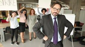 Modernes Bürokonzept, Direktor, der mit seinem zurück zu auffallenden cowokers steht stock footage