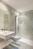 Modernes Badezimmer der Ansicht Stockfotos