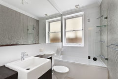 Modernes Badezimmer in der Luxuswohnung Lizenzfreie Stockfotografie