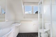 Modernes Badezimmer in der Luxuswohnung Stockfoto