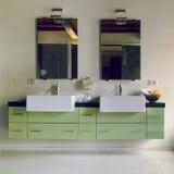 Modernes Badezimmer im Dachbodenraum lizenzfreie stockbilder