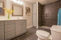 Modernes Badezimmer in Kalifornien-Haus mit Anlagen und dunkler Fliese mit Duschoffenem Konzept stockbild