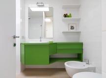 Modernes Badezimmer mit bunten Möbeln Lizenzfreies Stockfoto