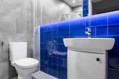 Modernes Badezimmer mit glatten Fliesen stockfotos