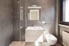 Modernes Badezimmer mit großen Fliesen stockfotos