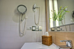Modernes Badezimmer mit Wanne und Spiegel Stockfotografie