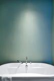 Modernes Badezimmer unter Verwendung der weichen grünen Pastellfarben Stockbild